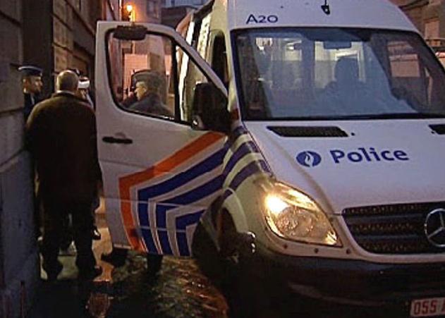 Cảnh sát Bỉ kiểm tra một chiếc xe chở người nhập cảnh trái phép. Ảnh: Bruzz