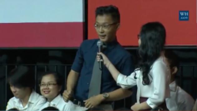 Hoàng, sinh viên Đại học quốc gia Việt Nam là bạn trẻ thứ hai được chọn đặt câu hỏi cho Tổng thống Obama.