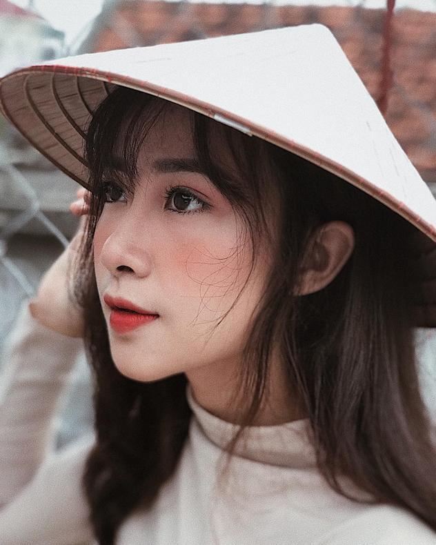Ngoài thời gian học tập ở trường thì cô gái xinh đẹp này còn học nghề trang điểm và làm người mẫu ảnh để kiếm thêm thu nhập cũng như trang bị thêm những kỹ năng, kinh nghiệm sống bổ ích.