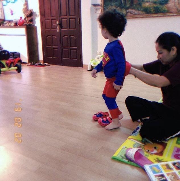Đậu ở nhà chơi với bà nội để mẹ Nam Thương đi sửa soạn đồ sắm Tết