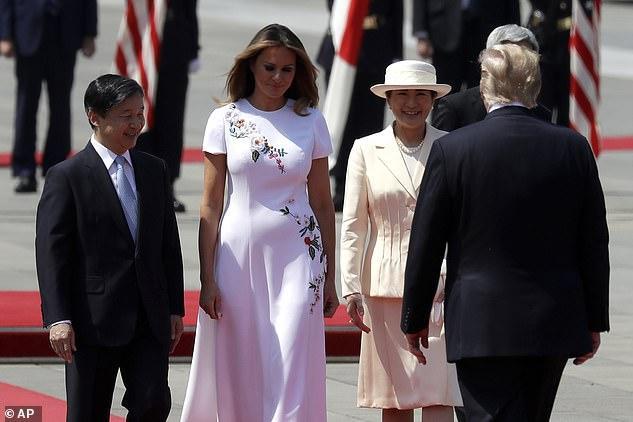 Bà Melania Trump mặc chiếc váy trị giá 4.290 USD của Carolina Herrera khi gặp Nhật hoàng và Hoàng hậu.