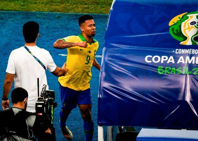 Không chỉ vậy, Jesus còn đấm vào khu vực dành cho ban huấn luyện ĐT Brazil.