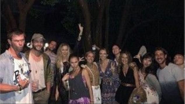 Trong bức hình chụp chung cũng có mặt cả vợ chồng Chris Hemsworth (anh trai Liam), nam diễn viên trẻ đứng cạnh anh mình (thứ hai từ trái sang) còn Miley xuất hiện ở góc ngoài cùng bên phải.