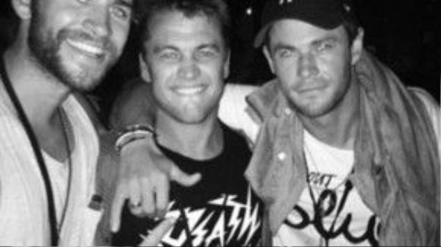 Sáng hôm sau, Liam đăng tải hình ảnh chụp cùng hai người anh trai trong gia đình.