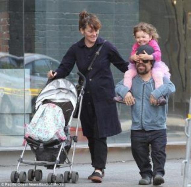 Peter Dinklage hiện sống hạnh phúc cùng vợ và con gái.