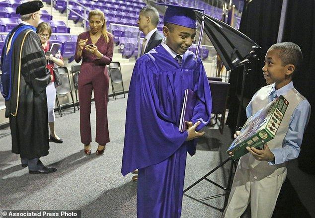 Trong lễ tốt nghiệp của Carson, em trai 10 tuổi Cannan của cậu cũng có mặt. Canna cũng vừa tốt nghiệp trung học và đang có ý định học Kỹ sư, Vật lý và Thiên văn học ở Đại học Texas Christian.
