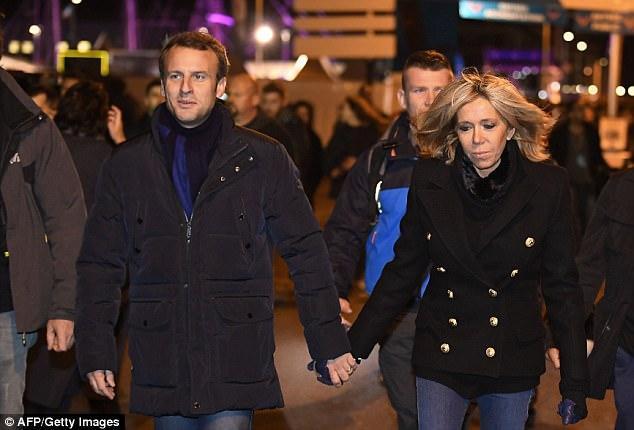 Nhà lãnh đạo và vợ tay trong tay dạo phố.