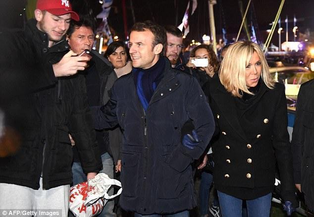 Đám đông tỏ ra hào hứng khi bắt gặp tổng thống và phu nhân trên đường phố.