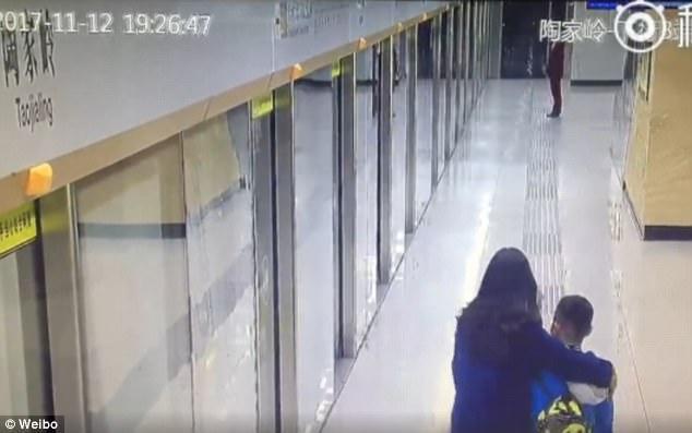 Người mẹ lập tức ôm lấy con trai mình trong giây phút gặp lại.