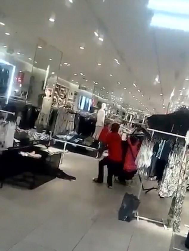 """Những người mua sắm cũng như nhân viên """"bỏ của chạy lấy người"""" khi đám đông gây hỗn loạn."""