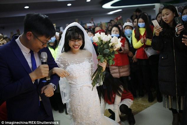 Nụ cười hạnh phúc của Yang trong buổi lễ đặc biệt. Ảnh: REX