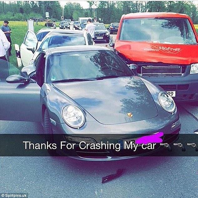 """""""Cảm ơn người khiến siêu xe của mình tan tành"""". Trong trường hợp này, chỉ có tiểu thư, thiếu gia mới có lời cảm ơn chân thành đến như vậy.Ảnh: Splitpics.uk"""