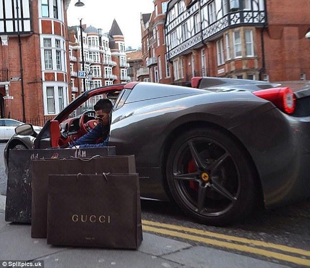 Một mình một xe nhưng chàng trai này - một tín đồ thời trang vẫn không thể mang hết túi quần áo Gucci mà cậu đã mua về nhà.Ảnh: Splitpics.uk