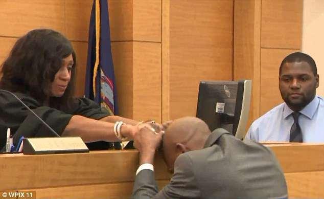 Bunn không kìm nén được cảm xúc khi tòa tuyên vô tội. Ảnh: WPIX11