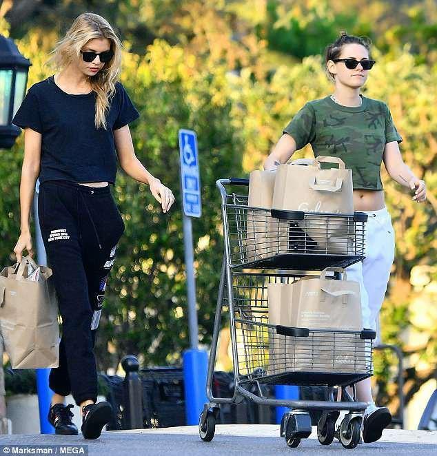 Nữ diễn viên thoải mái đi mua sắm cùng bạn gái
