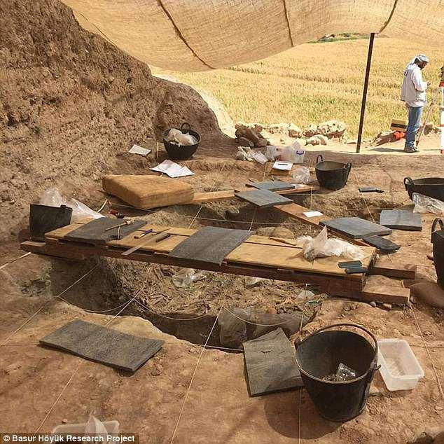 Khu khảo cổ ở vùng Başur Höyük, Thổ Nhĩ Kì chứa nhiều bộ xương của trẻ nhỏ đã bị giết từ Thời đại đồ đồng. Ảnh: DailyMail