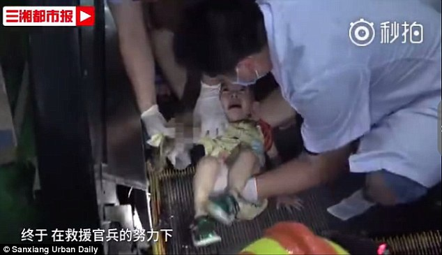 Bé gái được giải cứu sau 30 phút lực lượng cứu hỏa có mặt hiện trường.