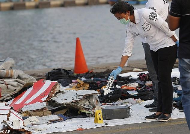 Nhiều mảnh vỡ máy bay cùng vật dụng cá nhân của hành khách được trục vớt lên bờ tại hiện trường vụ tai nạn.