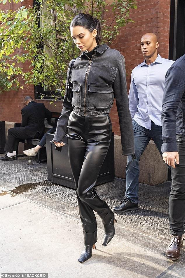 Kendall Jenner xuất hiện trong cây đen kín đáo thanh lịch đến buổi ghi hình