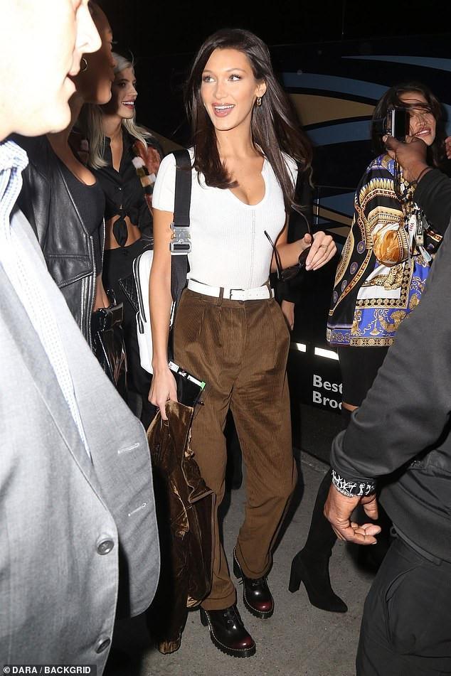 Bella lựa chọn trang phục năng động với áo thun và quần baggy nâu