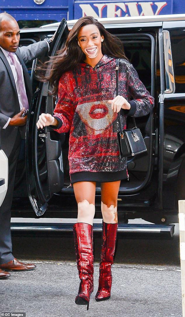 Người mẫu bạch biến Winnie Harlow tươi tắn khi đến buổi tổng duyệt trong nguyên cây đỏ. Đây là lần đầu tiên cô gái góp mặt trong show thời trang nội y được mong chờ nhất năm.