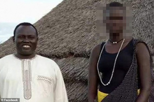 Cô gái 17 tuổi (bên phải) bị gia đình đăng bài đấu giá vào ngày 25/10.