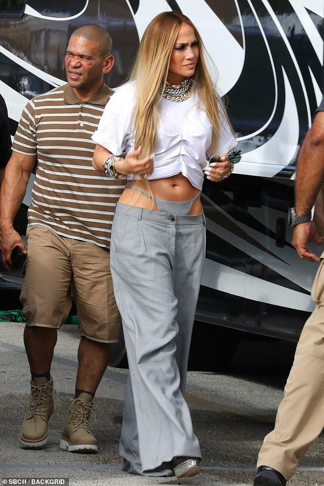 """Chiếc quần lót rõ """"mồn một"""" trước bụng trong trang phục của J-Lo"""