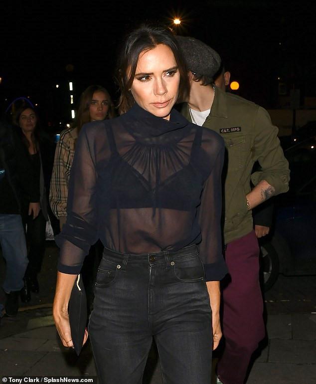Victoria Beckham diện áo xuyên thấu thấy rõ nội y làm nổi bật thân hình mảnh mai, khỏe khoắn của mình