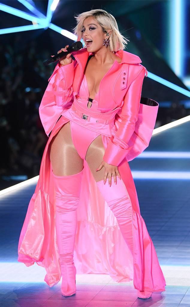 Màu hồng cá tính sánh vai cùng với Bebe Rexha.