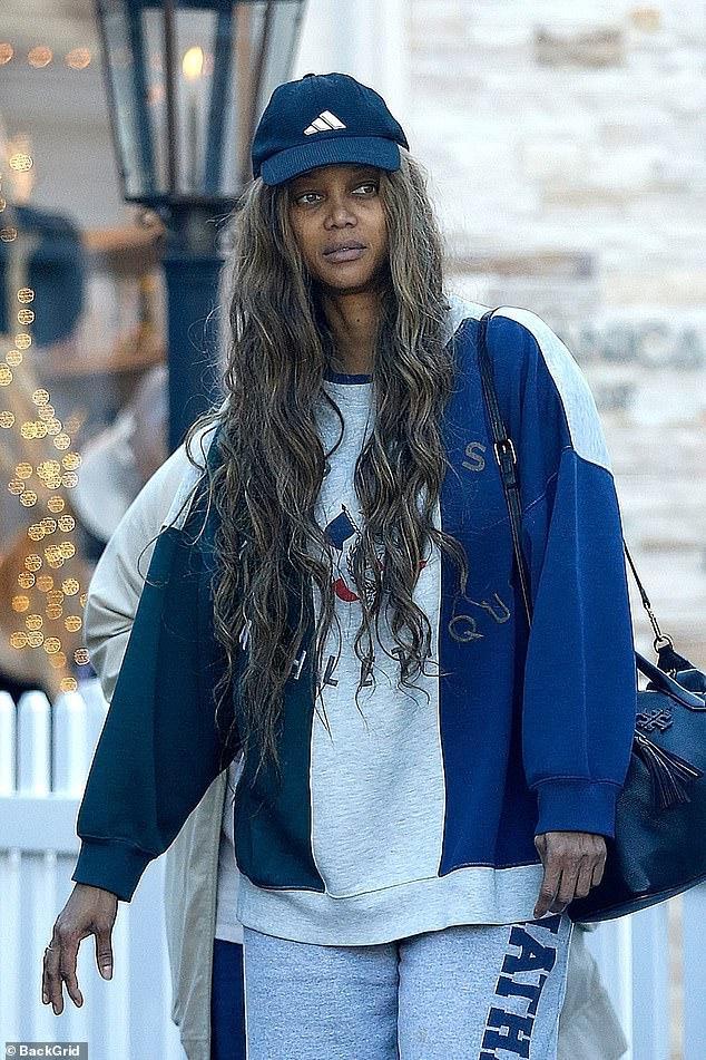 Tyra Banks lộ mặt mộc già nua và nhợt nhạt khi xuất hiện trên đường phố