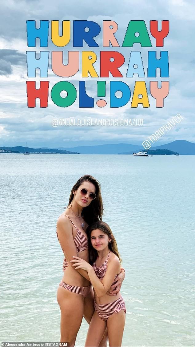 Mặc đồ bikini đôi với cô con gái cưngAnja trên bãi biển.