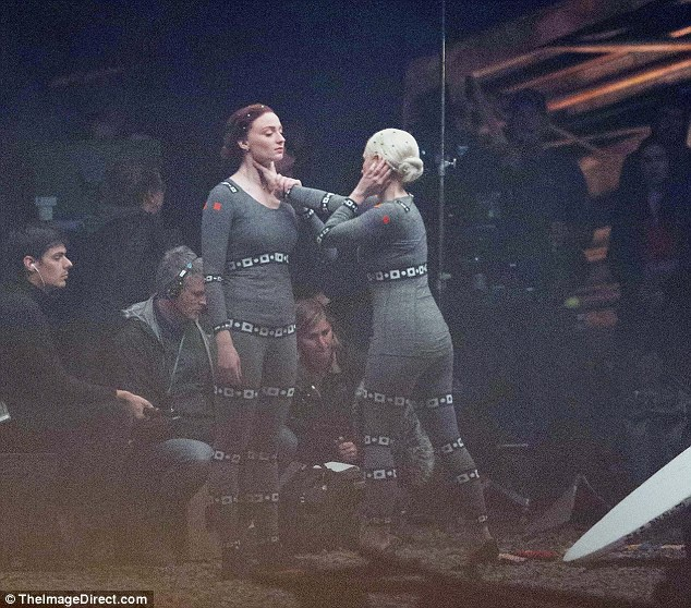 Ảnh chụp hậu trường cảnh Smith nắm cổ Jean Grey/Phoenix