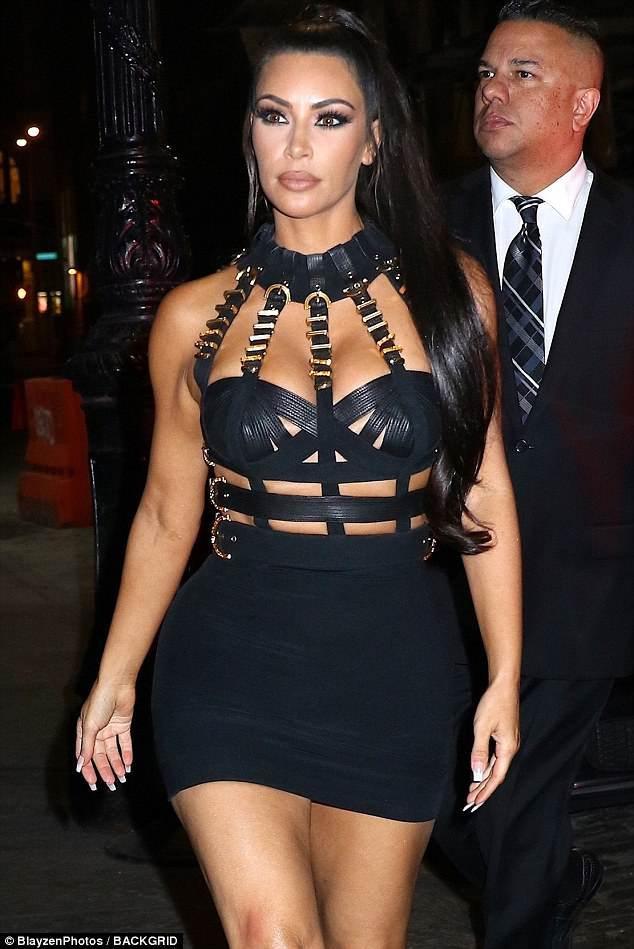 Cô Kim cũng diện váy đầm Versace y như đúc khi tham dự bữa tiệc hậu Met Gala 2018. Không những thế tông makeup của cô còn y chang Naomi với son màu beige và tông mắt smokey eyes