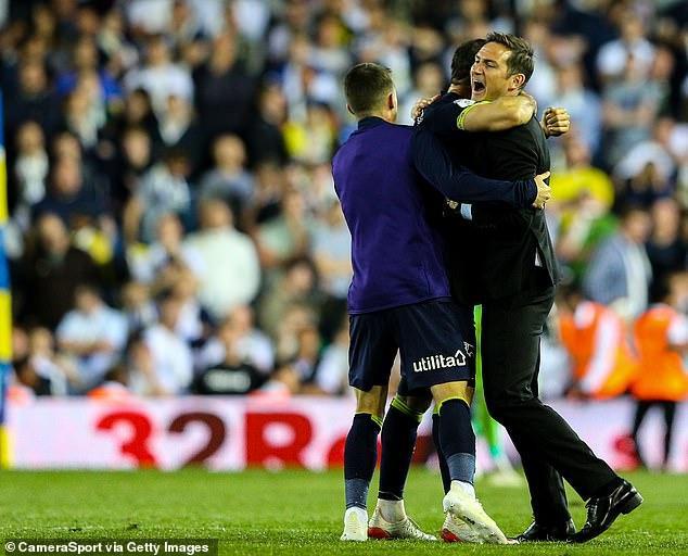 Lampard ăn mừng cùng học trò khi trận đấu kết thúc.