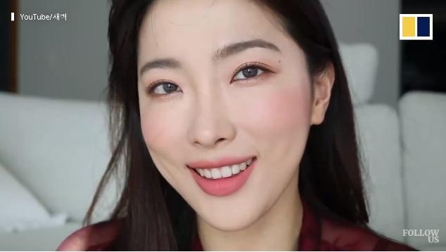 Dawn Lee vốn là một beauty blogger nổi tiếng của Hàn Quốc. Cô sở hữu gương mặt thu hút như Sulli của F(x) và nụ cười rất dễ thương.