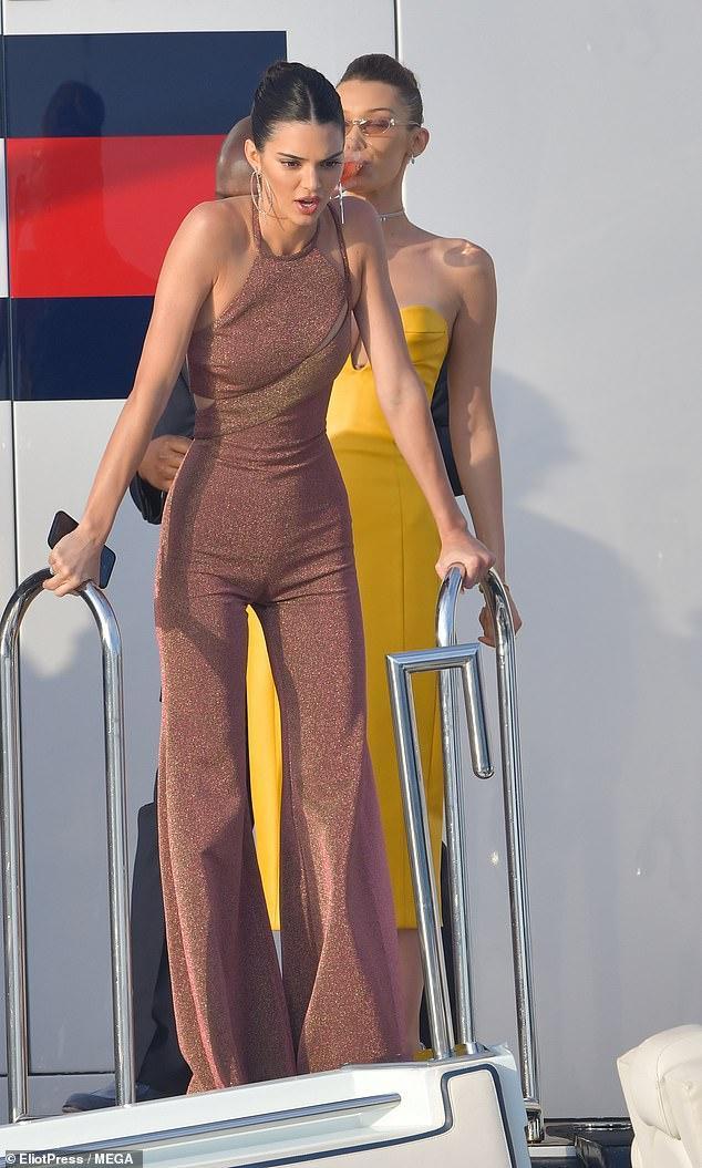 Bộ Jumpsuit của Kendall Jenner chất liệu vải sequin đến từ thương hiệu Tommy Hilfiger
