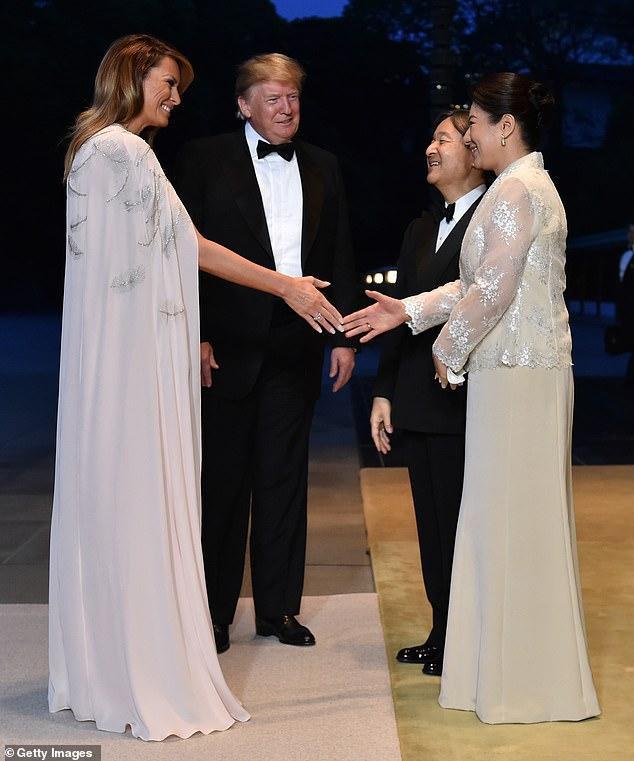 Bà Melania chuyển sang chiếc váy 4.490 USD của J. Mendel trong tiệc chiêu đãi.