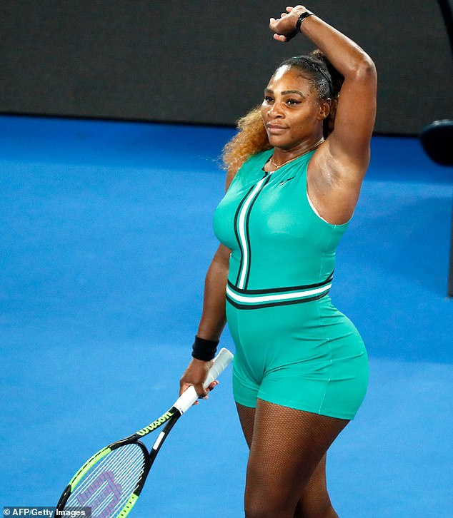 Williams khoác trên mình bộ catsuit ở Australian Open 2019 với bộ ngắn màu xanh, kèm phụ kiện tất lưới.