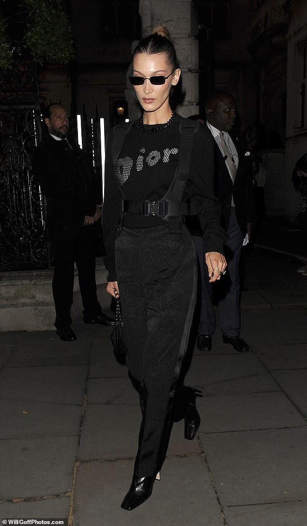 Hậu Cannes, Bella Hadid tích cực tham gia các sự kiện thời trang lớn-nhỏ. Xuất hiện với bộ cánh cực ngầu với nguyên set đồ đen tuyền mix cùng mắt kiếng tí hon tại London vừa qua