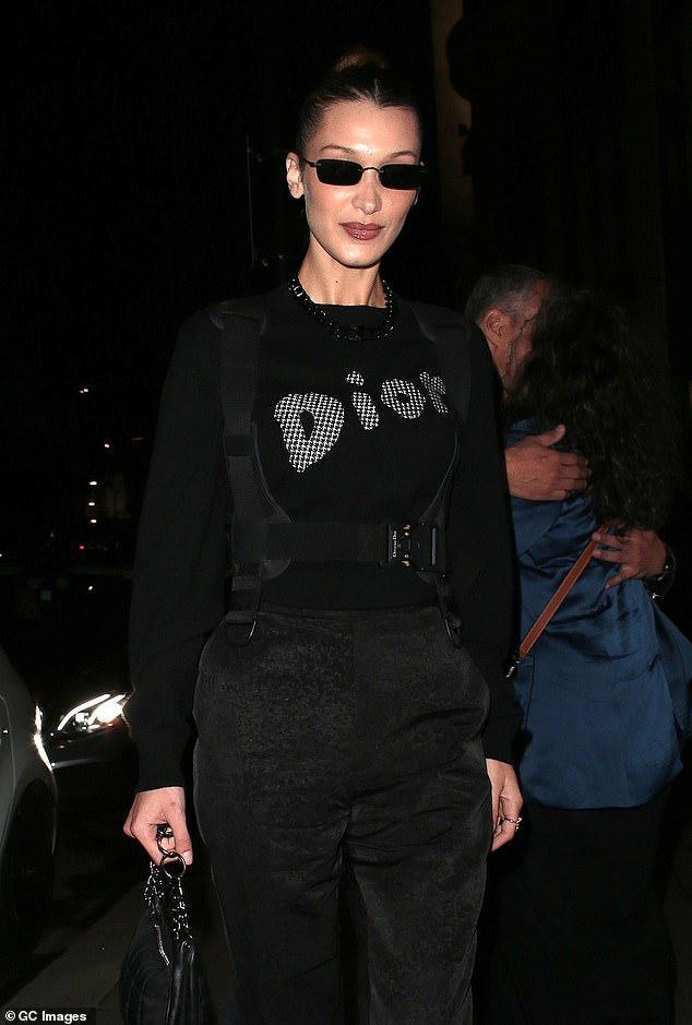 """""""Chân dài"""" 22 tuổi búi tóc cao gọn gàng, diện set đồ đen của thương hiệu Dior nổi tiếng."""