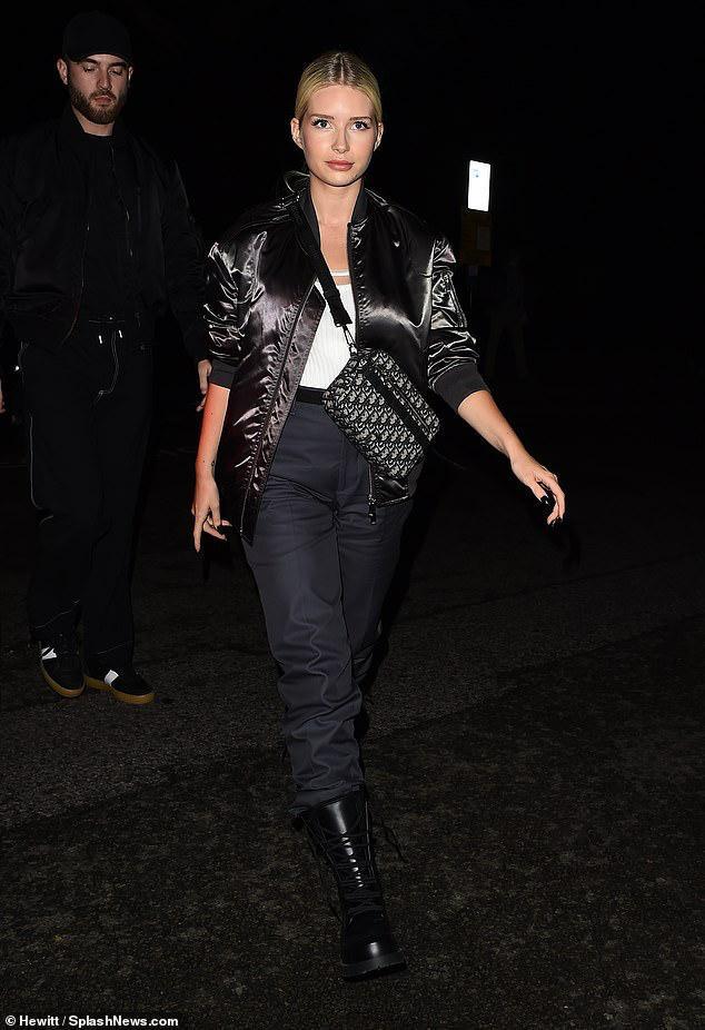 Em gái của siêu mẫu Katie Moss – Lottie Moss nổi bật với vẻ ngoài năng động với áo bomber jacket mix cùng quần thụng và giày đen hầm hố