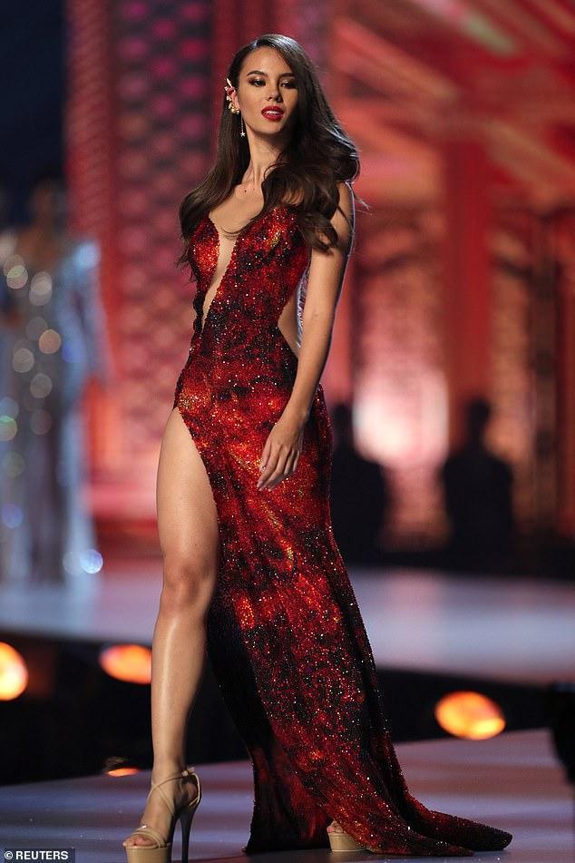 Chiếc váy lấy cảm hứng từ hình ảnh núi lửa phun trào của Catriona Gray trong đêm chung kết Miss Universe 2018.