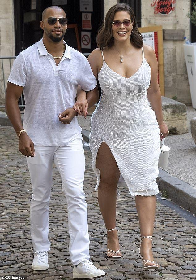 """Cô cùng chồng """"ton sur ton"""" trong trang phục trắng cặp sao nổi tiếng là Joe Jonas and Sophie Turner ở Pháp được tổ chức lần thứ 2"""