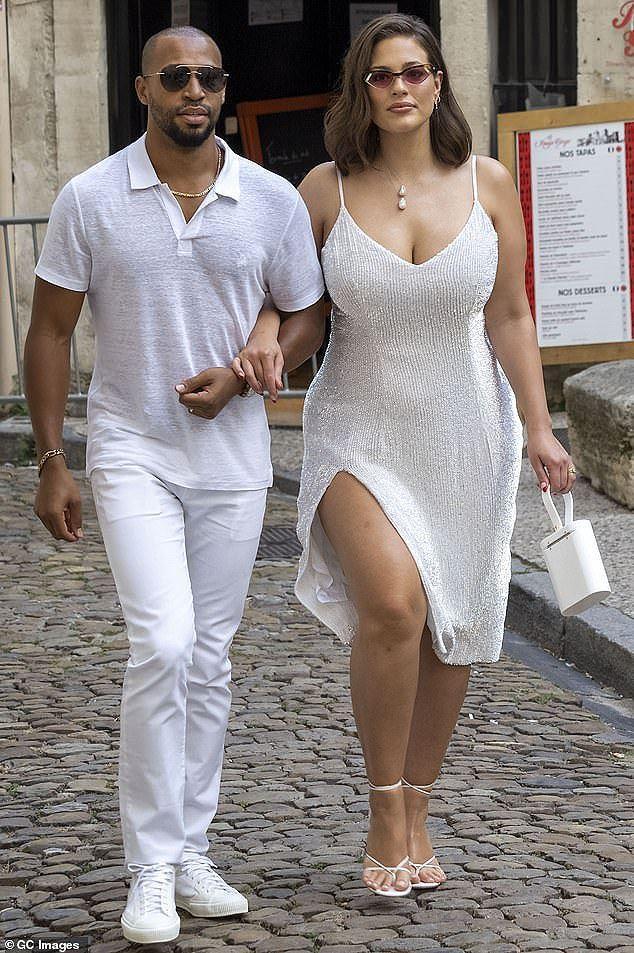 Nàng mẫu ngoại cỡ cùng chồng trong trang phục hai dây xẻ ngực và chân gợi cảm