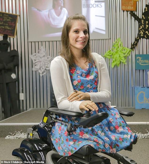 HIện cô đã sử dụng xe lăn đặc biệt và chi giả để sinh hoạt tiện lợi hơn