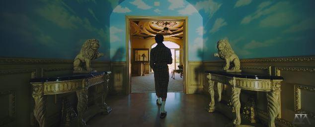 Ngay khung cảnh đầu MV đã xuất hiện hình ảnh bầu trời.