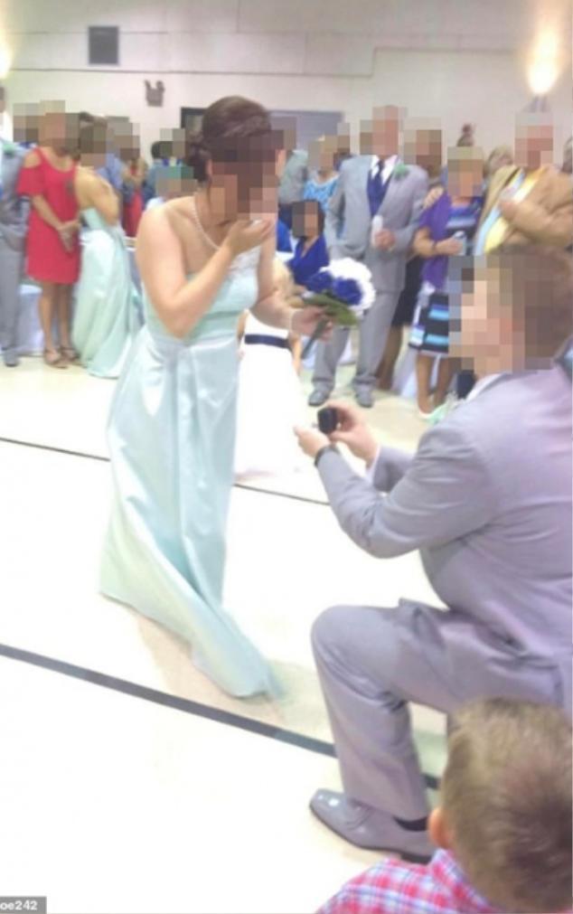 Bức ảnh khiến cặp đôi vừa mới đính hôn đã bị chỉ trích.