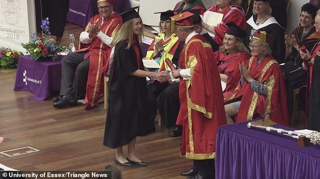 Agne đang lên sân khấu để nhận tấm bằng tốt nghiệp Đại học