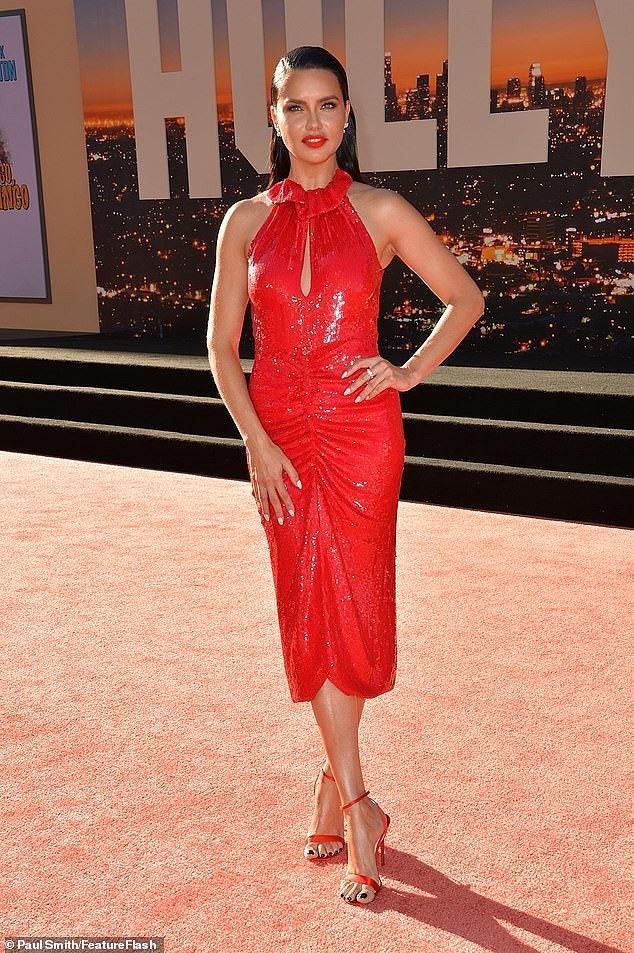 """Bà mẹ hai con chọn cho mình kiểu đầm đỏ sequin lấp lánh từ thương hiệu Magda Butrym """"matching"""" với đôi giày đỏ Christian Louboutin"""