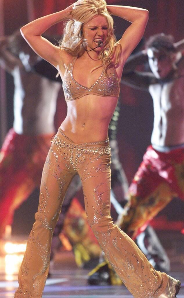 """Công chúa nhạc Pop """"Baby one more time"""" luôn yêu thích các trang phục khoe vòng 2 cùng các thiết kế lộ nội y trên sân khấu khi cô còn ở thời đỉnh cao trong làng âm nhạc"""